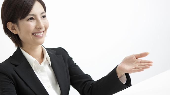 正しい敬語を指導するマナー講師