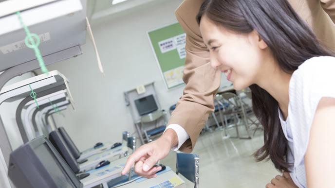 大学生に正しい敬語変換を教える男性