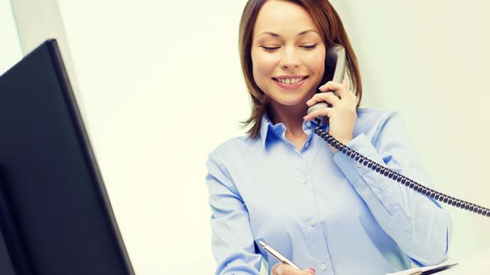 電話で仕事の段取りを決める女性