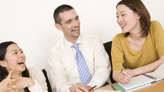 「目を通す」の英語をレクチャーする会社員