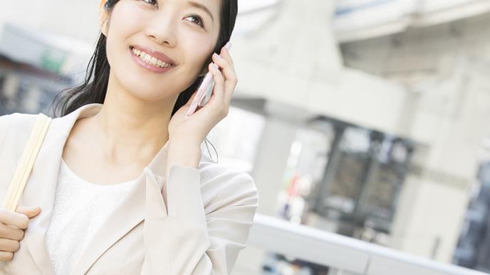 営業先に電話でアポを取る女性社員