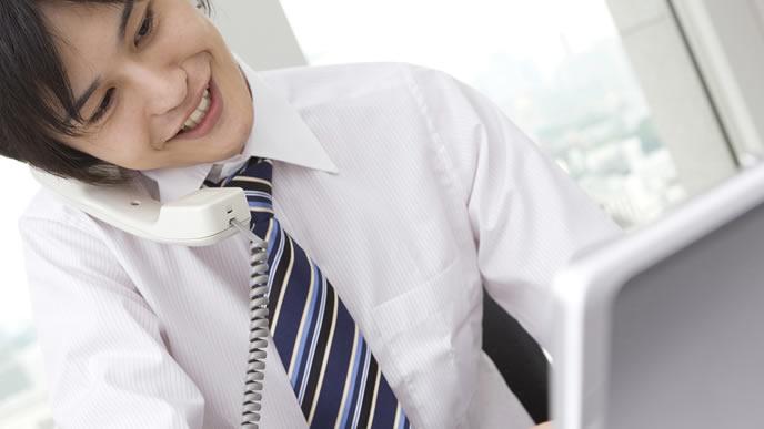 確認事項を上司に確認するビジネスマン