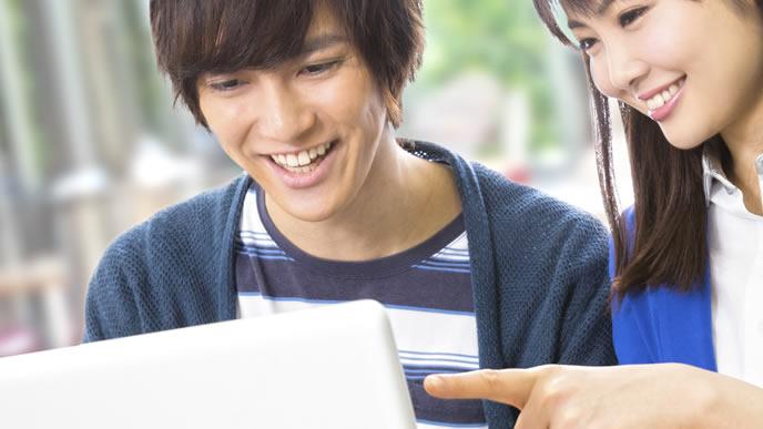 進学先の専門学校について調べる生徒