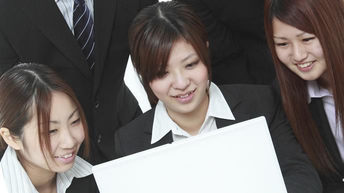 専門学校の長所と短所を研究する女性
