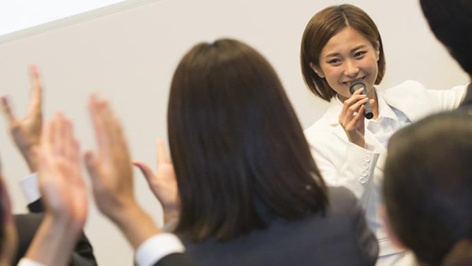歓送迎会で見事なスピーチを披露する新入社員