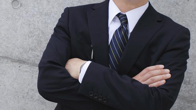 ネクタイが少し曲がった就活生