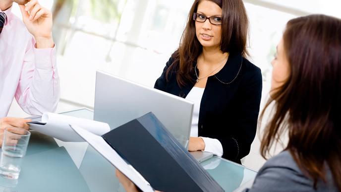 英語で会議中の女性社員