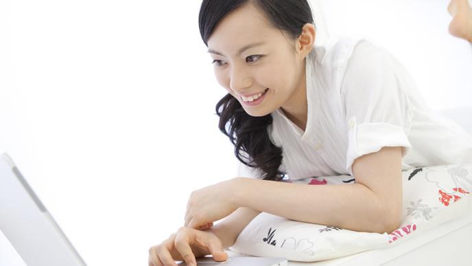 失業保険の給付日数について調べる女性