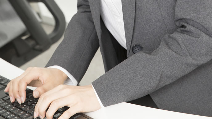 パソコンを使って職務経歴書を書く女性