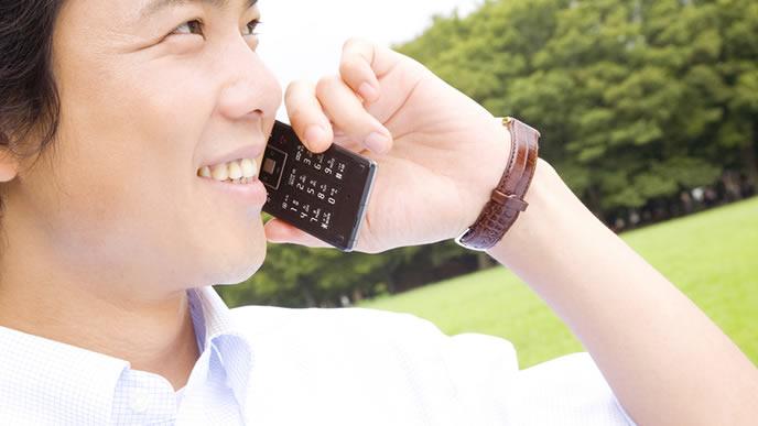 海外支社へ電話連絡するビジネスマン