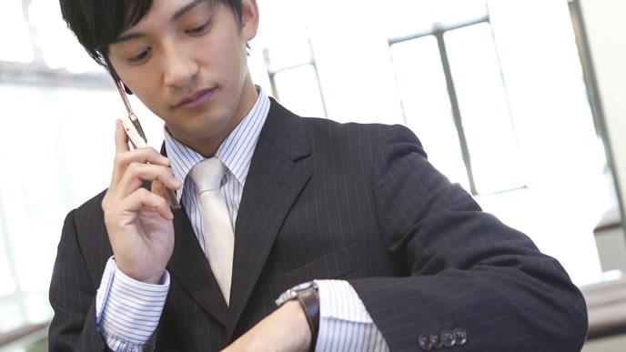 待ち合わせの時間を確認するビジネスマン