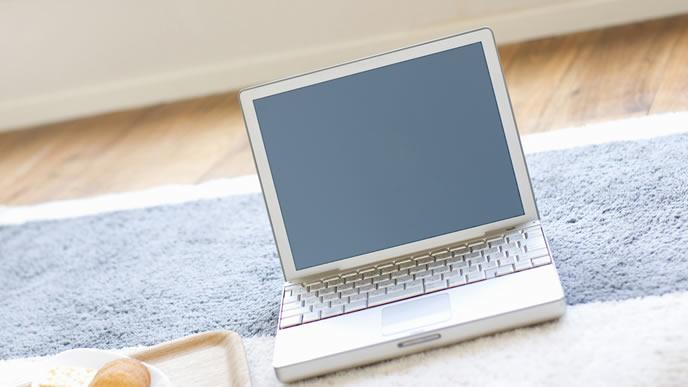 リビングに放置されたノートパソコン