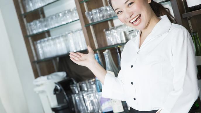 カフェでアルバイト中の女子大生