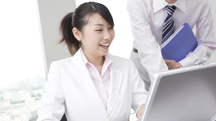パソコンで歓送迎会の案内状を作る社員