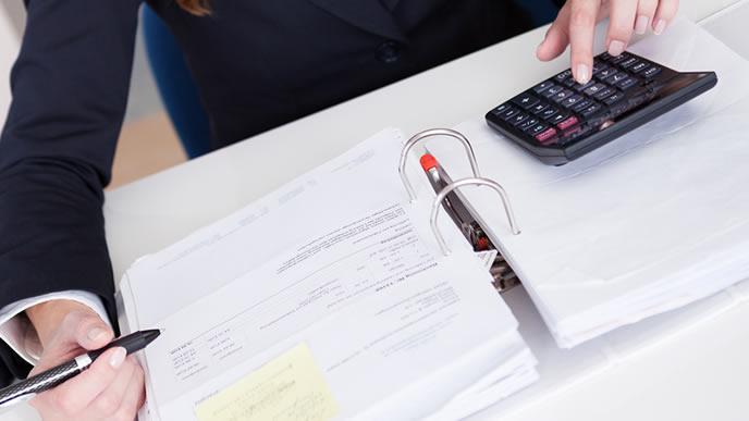 書類を整理する銀行マン
