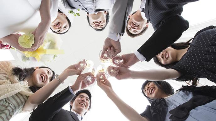 結婚式の挨拶をする新郎新婦