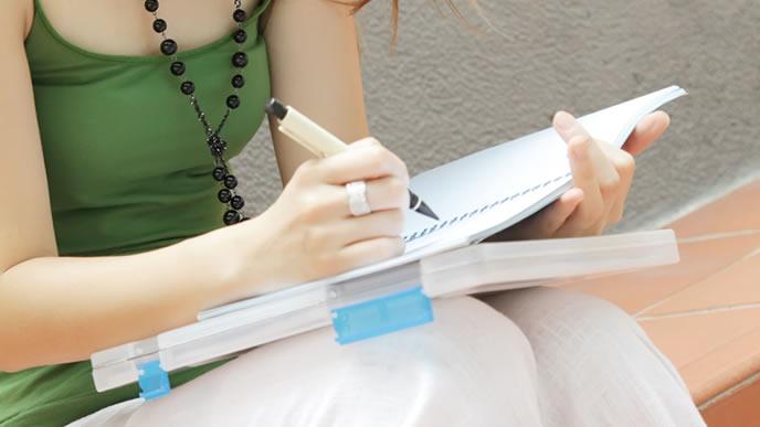 就職を控え作文練習に取り組む大学生