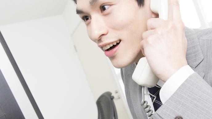 英語で電話をする外資系の会社員