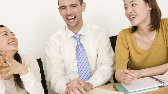 海外勤務の社員と会話を楽しむOL
