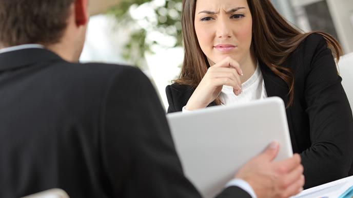 クライアントに提案するビジネスマン