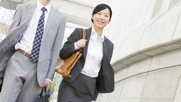 同僚と共に営業へ向かうビジネスマン