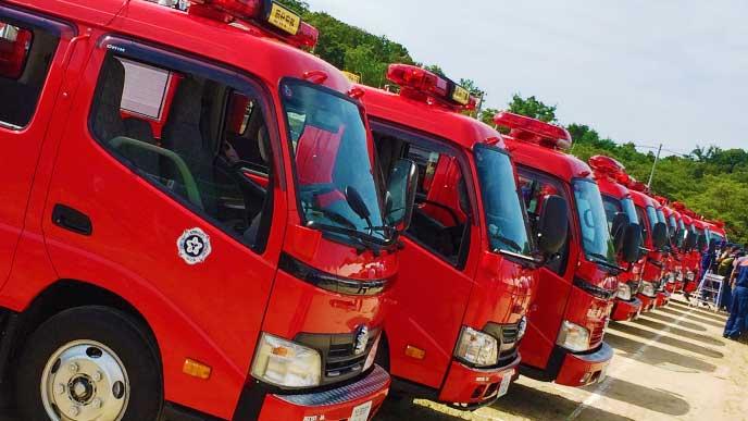 並んだ沢山の消防車