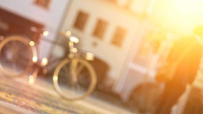 朝日を浴びた自転車