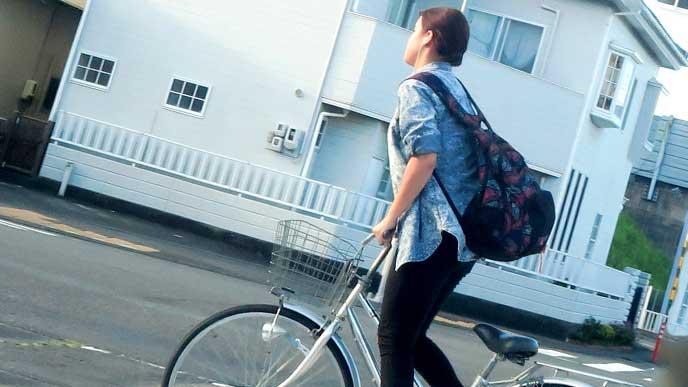 自転車で通勤している女性