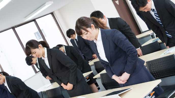 挨拶の練習をみんなでしている新入社員たち