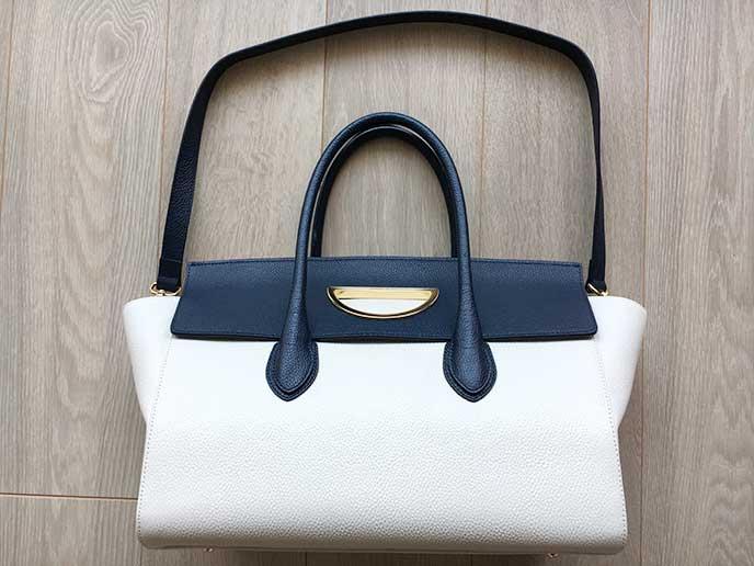 白と紺色のツートンの革製バッグ