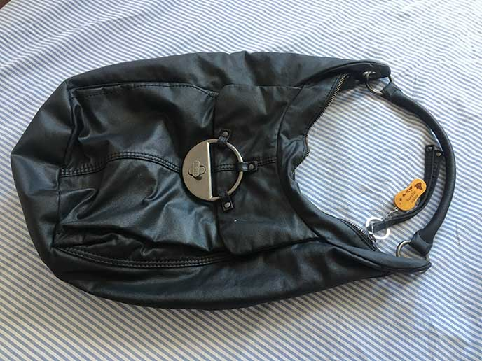 縦長の小さめの黒いハンドバッグ