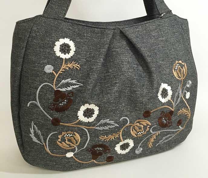 花柄の刺繍がついた布トート