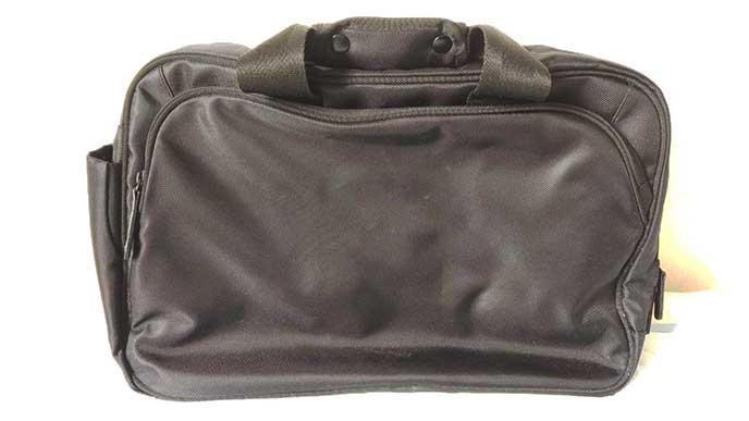 13インチのノートパソコンがちょうど入る黒いバッグ
