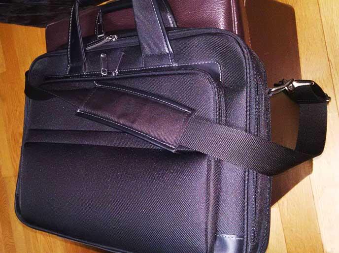 肩紐がついた黒いバッグ