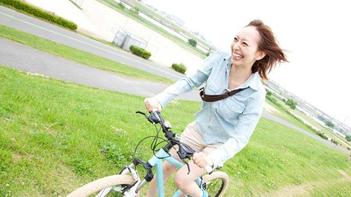 自転車通勤をしている女性