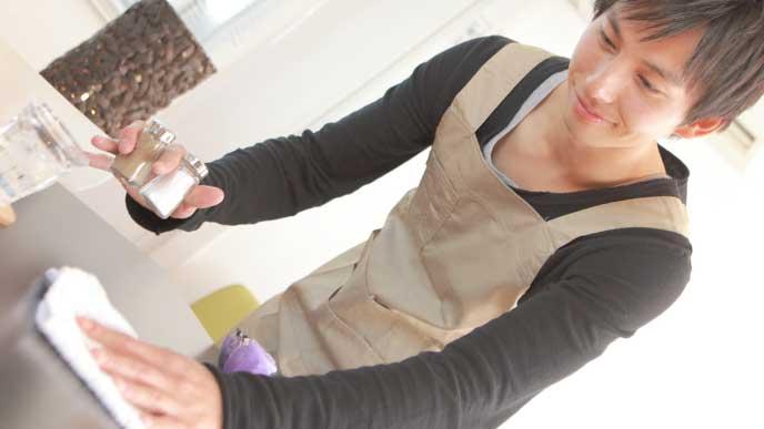 カフェでアルバイトをしている男性