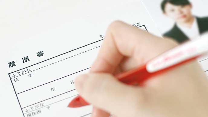 転職のために履歴書を書いている女性