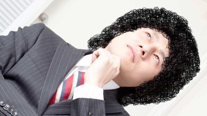 髪型について考えている男性社員