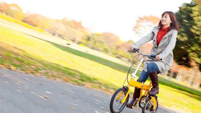 折りたたみ自転車で通勤している女性