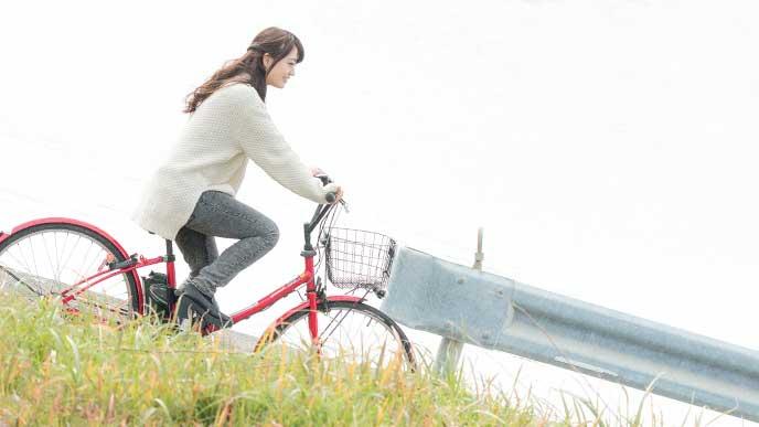 カゴ付きの自転車で通勤している女性