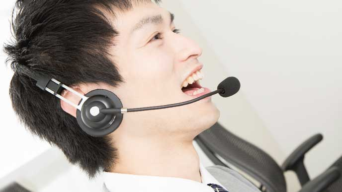 コールセンター業務に従事している男性社員
