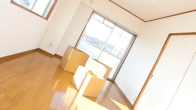 引っ越ししたてでダンボールのみ置かれた部屋