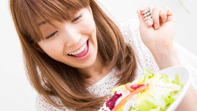 サラダを食べようとしている女性
