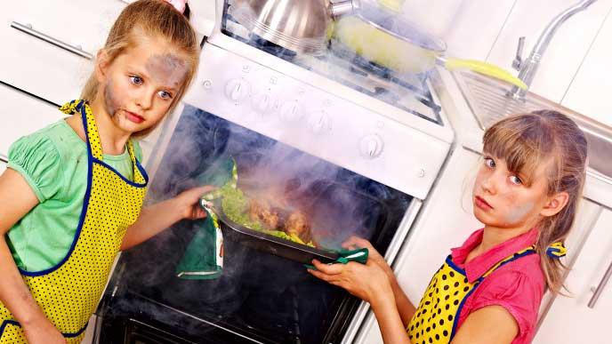 オーブンを使った料理に失敗した女性