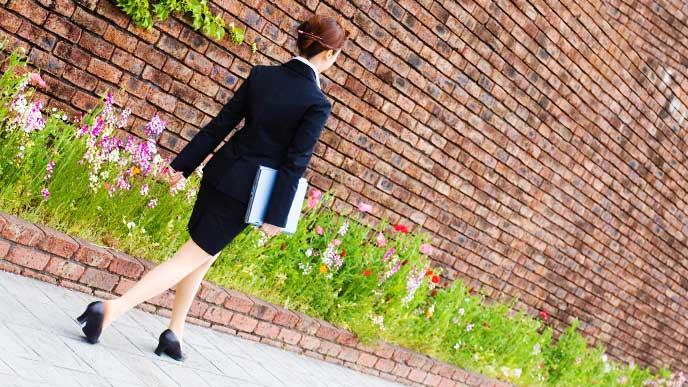 綺麗にスーツを着こなしている女性社員の後ろ姿