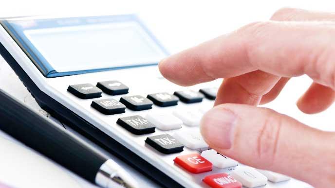 退職金にかかる税金を計算している男性の手元