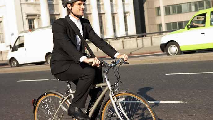 自転車通勤するサラリーマン