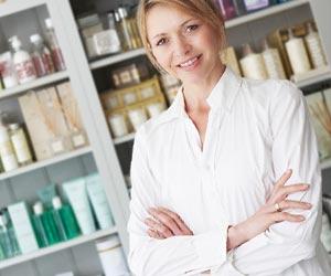 商品棚の前で腕組みする女性