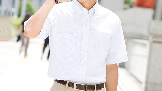 ノーネクタイの半袖シャツの男性