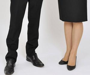 スーツ姿の男女の足元